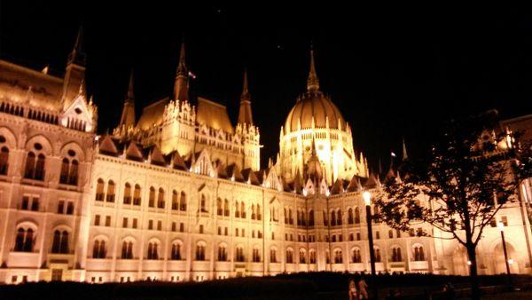 Kuvateksti: Konferenssin tervetuliaistilaisuus pidettiin Unkarin parlamenttitalolla. Sisällä oli iltayhdeksältäkin vielä 28 astetta.