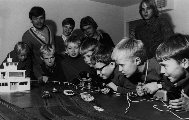 Poikia leikkimässä autoradalla 1968. Helsingin kaupunginmuseo / Finna.fi. Käyttöoikeudet: CC BY 4.0