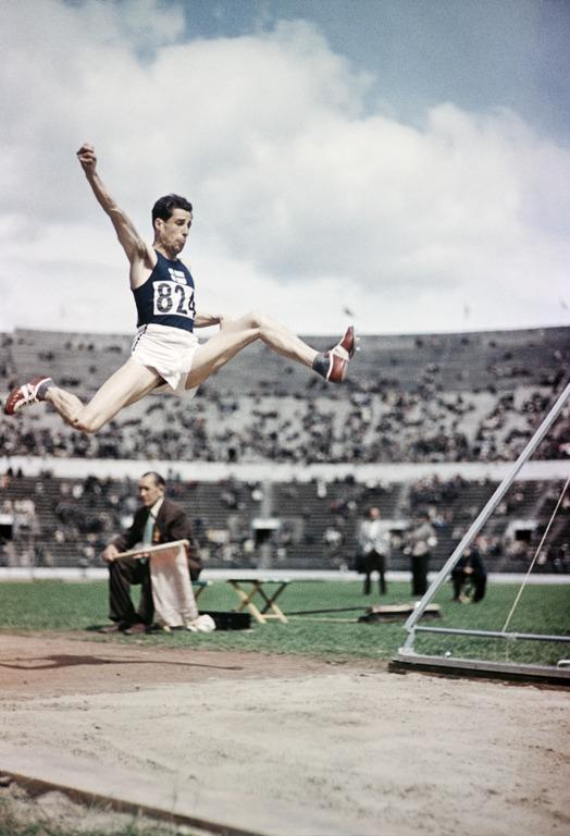 Kuva: Kolmiloikkaaja Helsingin olympialaisissa 1952. Helsingin kaupunginmuseo / Finna.fi. Käyttöoikeus: CC BY 4.0