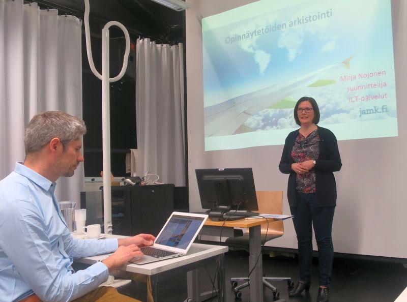 Kuva 2. Mirja Nojonen kertoi Theseus-kehittämisseminaarissa JAMK:in arkistointikäytännöistä