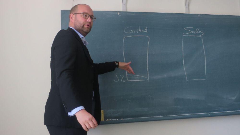 Sven Fund esitteli OA-julkaisemisen rahoitukseen liittyviä kysymyksiä sekä keynote-puheenvuorossaan että seminaarin yhteydessä järjestetyssä työpajassa.