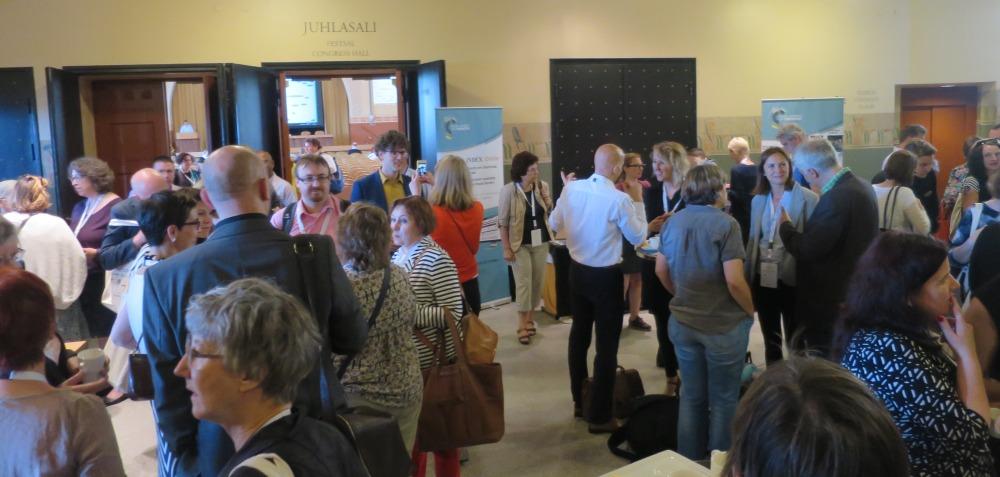 Kuva: Konferenssin osallistujia kahvitauolla