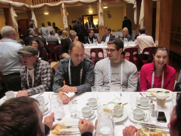 Kuva: Samu Viita ja Anis Moubarik (keskellä) lounastamassa konferenssin aikana