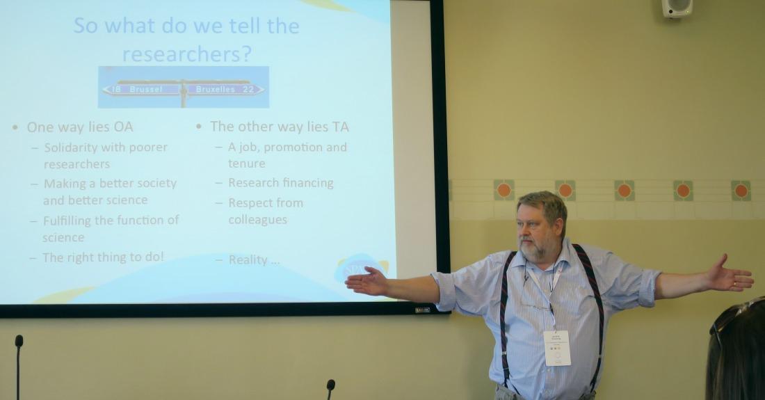 Kuva: Jan Erik Frantsvåg esittelee tutkijoille tarjolla olevia vaihtoehtoja - open access (OA) ja toll access (TA)