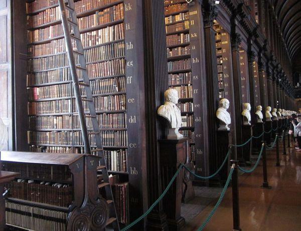 Kuva: Perinteistä kirjastoteknologiaa - Dublinin Trinity Collegen kirjaston Long Room.