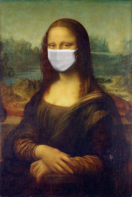 Mona-Lisa hengityssuojaimeen verhoituneena