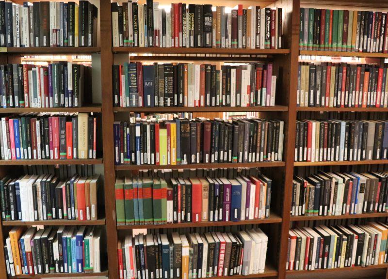 Kansalliskirjaston painettuja kokoelmia Rotundassa.