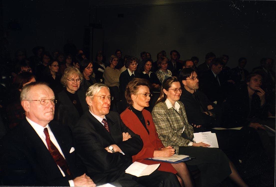 Kuva FinELibin avajaistilaisuuden eturivissä istuvista henkilöistä.