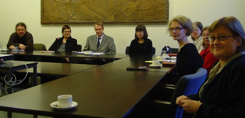 FinnOA:n hallituksen jäseniä pöydän ääressä.