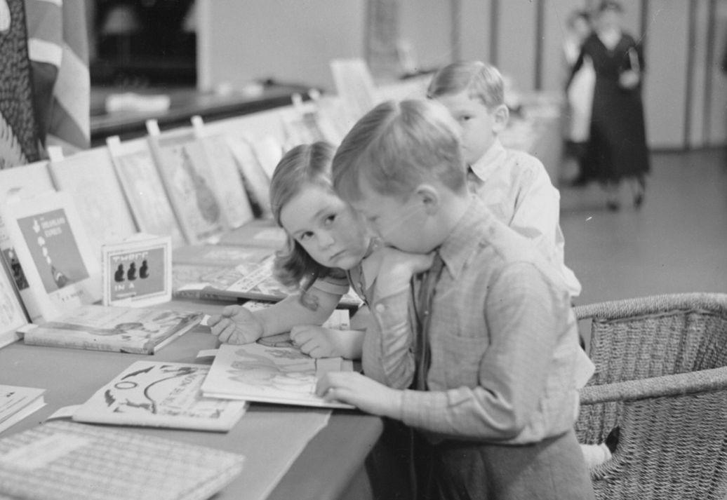 Lapsia englantilaisten kirjojen näyttelyssä 1934