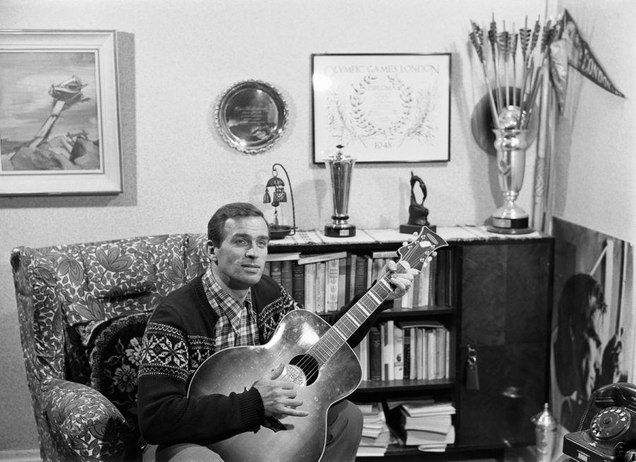 Tapio Rautavaara kitaran kanssa vuonna 1954