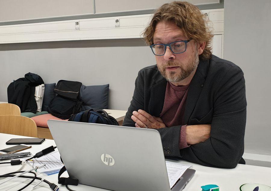 Sami Syrjämäki kannettavan tietokoneen ääressä