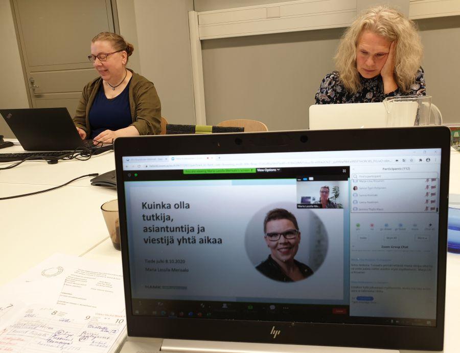 Riitta Koikkalainen ja Reetta Kettunen monitoroivat tapahtumaa Maria Lassila-Merisalon esityksen aikana